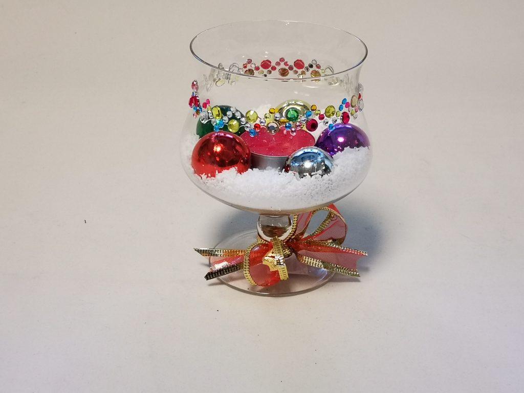 Свещник - чаша със сняг и коледна украса