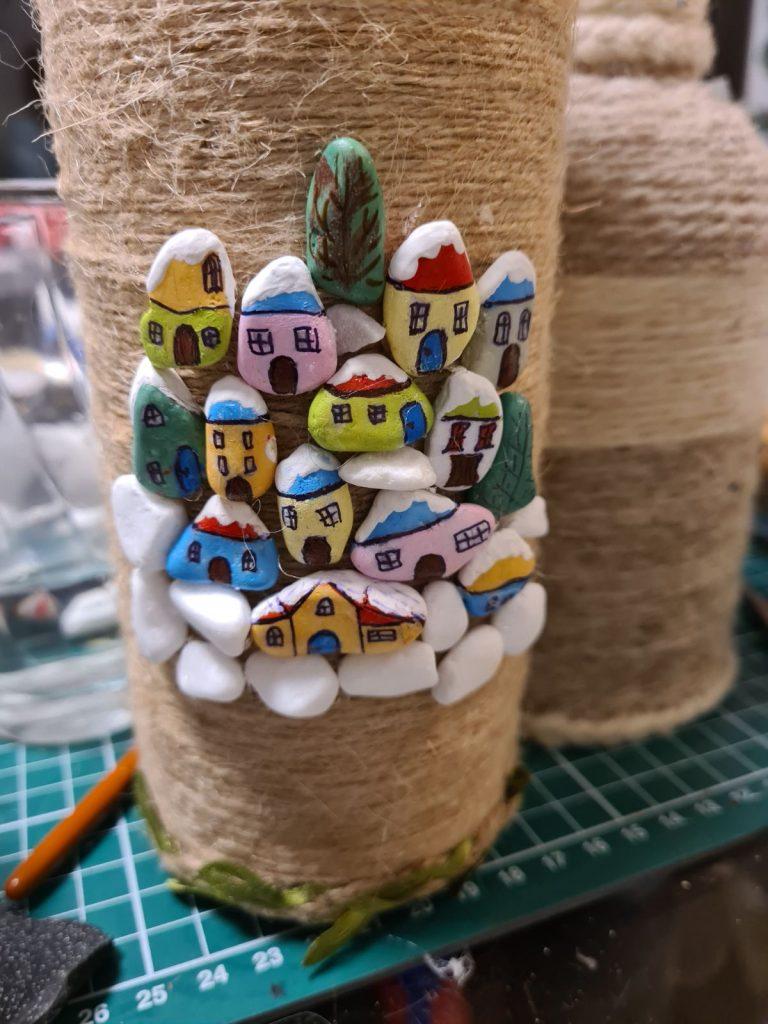 Облечена бутилка с канап и ръчно рисувани камъчета